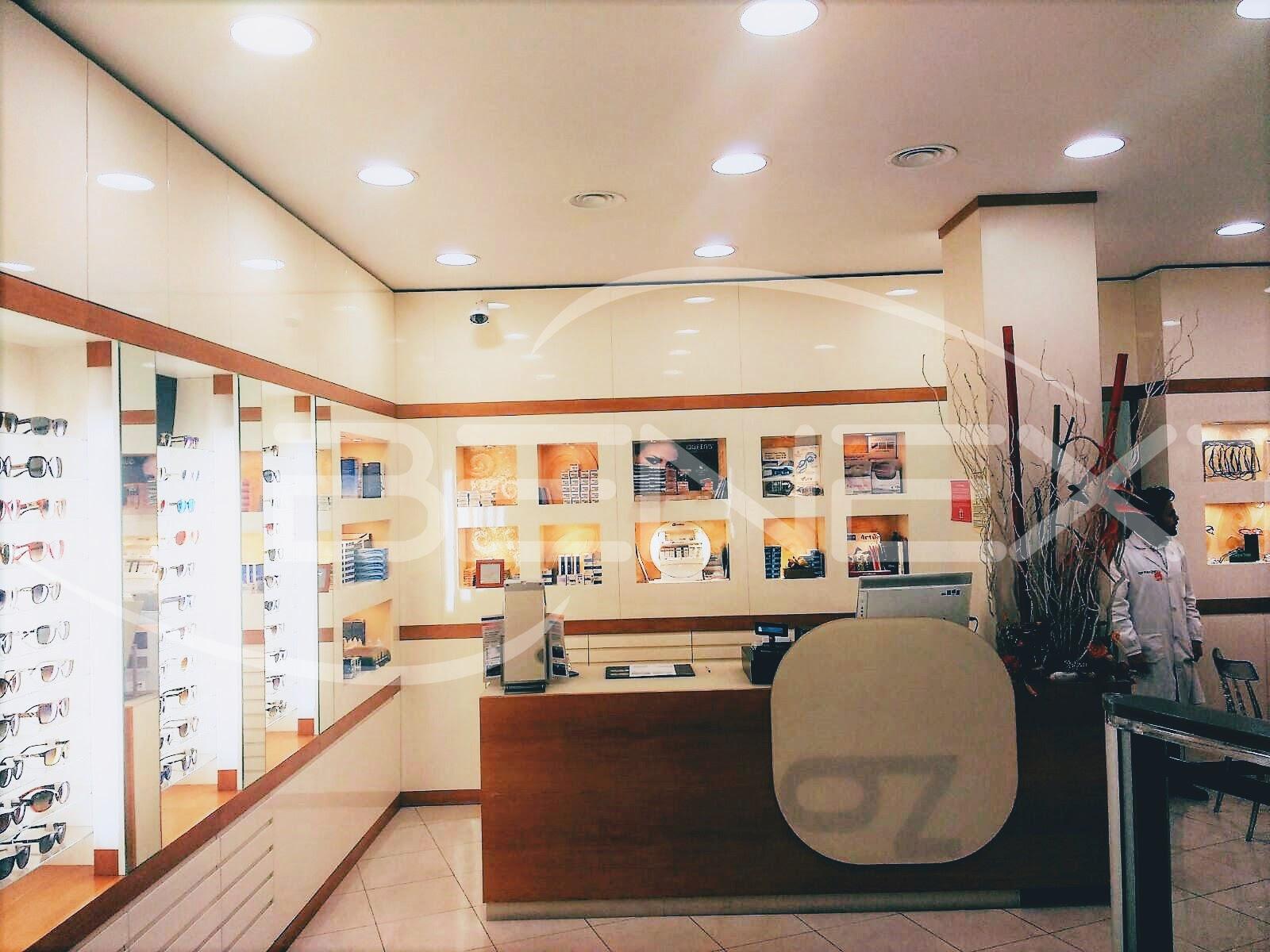 Illuminazione per negozio di ottica incassi a luce naturale e